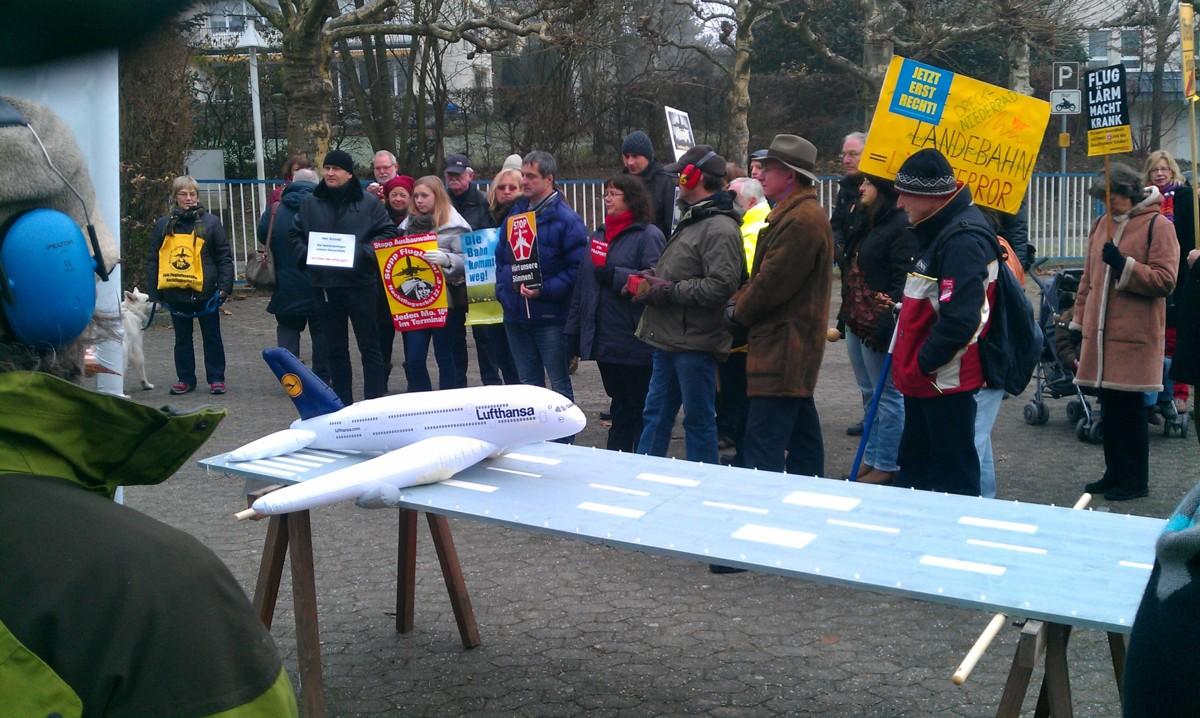 Bilder vom Umzug: Fraport-Chef Dr. Schulte schließt die Landebahn - Umzug am Samstag, 01.12.2012